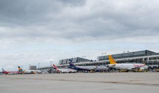 Flugzeuge unterschiedlicher Airlines stehen vor dem Terminalgebäude des Manfred-Rommel-Flughafens in Stuttgart. (Foto)