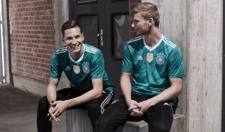 Die Fußballnationalspieler Julian Draxler (l) und Timo Werner im grünen Auswärtstrikot für die Fußball-Weltmeisterschaft in Russland 2018. (Foto)