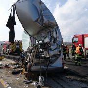 Horror-Crash! Laster rast in Gegenverkehr - 3 Tote (Foto)