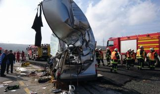 Nach einem tödlichen Unfall auf der A 45 bei Wetzlar stehen Helfer an einem völlig zerstörten Fahrzeug. (Foto)