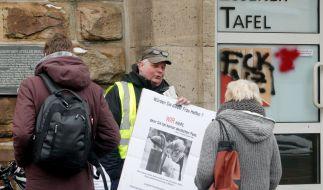Essen: Demonstranten protestieren vor der Essener Tafel gegen den zeitlich begrenzten Aufnahmestopp für ausländische Neukunden. (Foto)