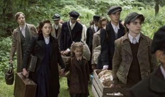 Helga (Nina Proll, li.), Betty (Sophie Stockinger, 2. v. li.) und die kleine Milli (Amy Lee Wörgötter) fliehen mit anderen Kindern und Jugendlichen vor den Nazis. (Foto)