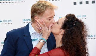 Schauspielerin Barbara Wussow findet ihren Ehemann Albert Fortell zum Knutschen. (Foto)
