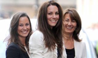 Pippa und Kate Middleton posieren mit ihrer Mutter Carole für die Fotografen. (Foto)