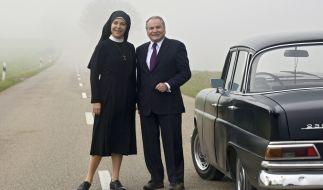 Schwester Hanna (Janina Hartwig, l.) hat Bürgermeister Wöller (Fritz Wepper, r.) aufgegabelt und nimmt ihn mit ins Kloster. (Foto)