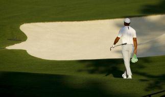 Tiger Woods geht bei einem Training für das US Masters Golfturnier auf dem Gelände des Augusta National Golf Clubs mit einem Säckchen Golfbälle über den Platz. Die US Masters beginnen am 05.04.2018. (Foto)