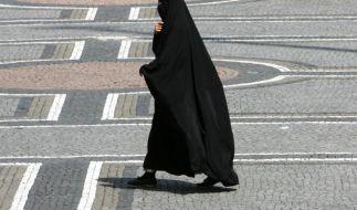 Eine muslimische Frau trägt Nikab. (Foto)