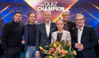 """Moderator Johannes B. Kerner will in """"Der Quiz-Champion"""" mit Tim Mälzer, Michael """"Bully"""" Herbig, Anna Thalbach, Marcel Reif und Jan Hofer (v.l.n.r.) herausfinden, wer das Zeug zum Super-Quizzer hat. (Foto)"""