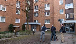 Blick auf den Eingang zu dem Mehrfamilienhaus im Stadtteil Groß-Buchholz, in die zwei Toten entdeckt wurden. (Foto)