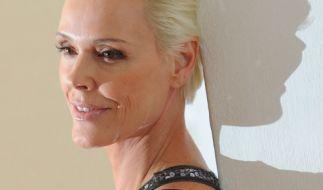 Zu einem Lächeln scheint Brigitte Nielsen aktuell nicht aufgelegt zu sein: Die 54-Jährige ist im Rollstuhl gesichtet worden. (Foto)