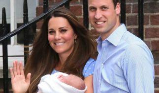 Kate Middleton und Prinz William bei ihrem ersten Auftritt mit Baby Prinz George. (Foto)