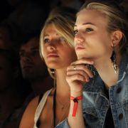 Sarina Nowak zusammen mit Larissa Marolt bei einer Fashion Show. (Foto)