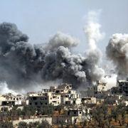 Mehr als 100 Tote! Militärbasis in Syrien bombadiert (Foto)