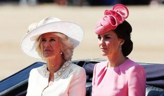 Dass Camilla Parker-Bowles und Kate Middleton stets wie aus dem Ei gepellt aussehen, haben die beiden Herzoginnen dem strengen Beauty-Regiment von Queen Elizabeth II. zu verdanken. (Foto)