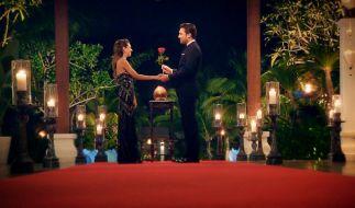 Daniel Völz überreicht die letzte Rose an Kristina Yantsen. (Foto)