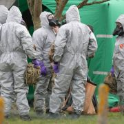 Soldaten tragen Schutzanzüge während der Ermittlungen zur Vergiftung des Ex-Doppelagent Skripal und dessen Tochter. (Foto)