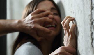 Eine Frau aus Großbritannien wurde von einem perversen Sex-Monster tagelang als Sex-Sklavin gehalten und mehrfach vergewaltigt (Symbolfoto). (Foto)