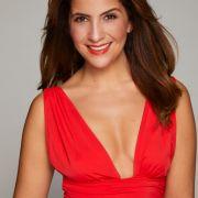 Chryssanthi Kavazi (29), Freundin von Tom Beck, lässt in ihrem roten Kleid tief blicken.