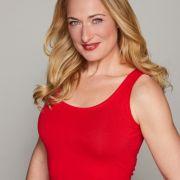 Eva Mona Rodekirchen (41) zeigt sich in ihrem Sommertop mit einem gewagtenDekolleté.