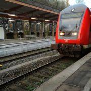 Schock! Mann entreißt Familie Kind (5) und springt vor fahrenden Zug (Foto)