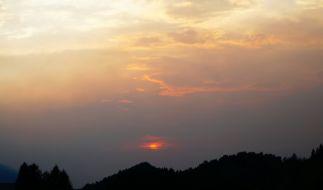 Normalerweise lässt der Saharasand die Sonne in einem Blutrot erstrahlen. (Foto)