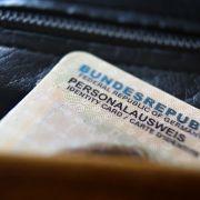 Die EU-Kommission fordert, dass im Personalausweis künftig auch biometrische Daten gespeichert werden.