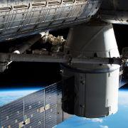 Fliegt HIER ein Ufo neben der ISS? (Foto)