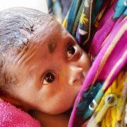 Ein nur zwei Tage altes Baby wurde in Indien von seinen Eltern im Klo runtergespült.