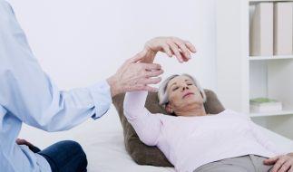 Eine Frau wird hypnotisiert. (Foto)