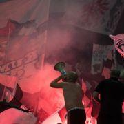 Massenschlägerei! Eintracht- und Schalke-Fans prügeln sich (Foto)