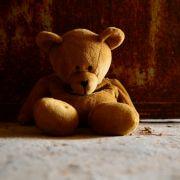 Teddy erstickt schlafendes Kind (Foto)