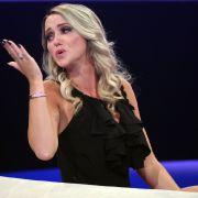Cathy Lugner zeigt ihren Hatern, was sie von ihnen hält. (Foto)
