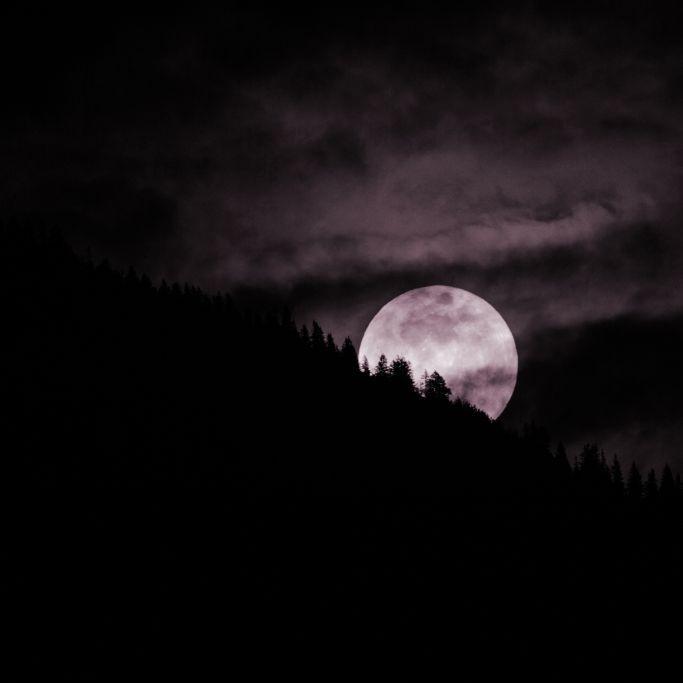 Super-mystisch - pinkfarbener Mond am Himmel (Foto)