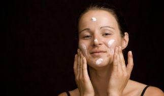 Viele Inhaltsstoffe von Kosmetika stehen unter Verdacht, Hautunreinheiten auszulösen. (Foto)