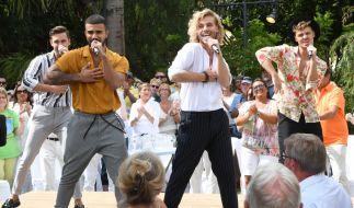 """Die Boygroup Feuerherz begeistert das Publikum im """"ZDF Fernsehgarten on Tour"""" mit """"Steh auf und tanz mit mir"""". (Foto)"""