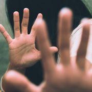 Unfassbar! Polizistin von eigenen Kollegen vergewaltigt (Foto)