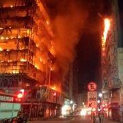 Hochhaus nach Feuer eingestürzt - Suche nach Vermissten geht weiter (Foto)