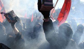 01.05.2018, Berlin: Teilnehmer der revolutionären 1. Mai Demonstration ziehen durch die Stadt. (Foto)