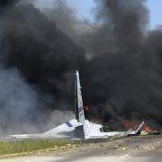 Militärmaschine kracht auf Autobahn - mindestens fünf Tote! (Foto)