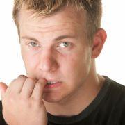 Mann in Todesgefahr - weil er Fingernägel kaute! (Foto)