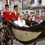 Schon im Jahr 1999 fuhren Prinz Edward und seine frisch angetraute Frau Sophie Rhys-Jones in einer offenen Kutsche durch Windsor. Harry und Meghan werden fast 20 Jahre später in ihre Fußstapfen treten.