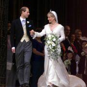 Harrys Onkel Prinz Edward und seine Angetraute Sophie strahlten nach ihrer Trauung im Windsor Castle am 19. Juni 1999 - und das Hochzeitsglück hält bis heute an.