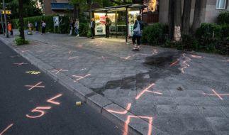 Die Umgebung einer Bushaltestelle ist Markierungen der Unfallermittler der Polizei gekennzeichnet. (Foto)