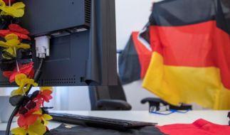 WM-Stimmung am Arbeitsplatz ist erstmal nicht verboten - wer im Büro Fußball schauen will, braucht dazu aber die ausdrückliche Erlaubnis vom Chef. (Foto)
