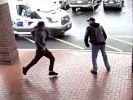 Mit einem Kick setzt dieser ältere Herr den Flüchtigen gekonnt außer Gefecht. (Foto)