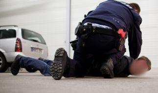 Als zwei Polizeibeamte einen entflohenen Häftling stellen wollen, beißt der beherzt zu. (Symbolbild) (Foto)