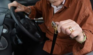Ein Rentner sitzt hinter dem Steuer. (Foto)