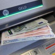 Gebühren-Wahn! DIESE Bank legt Mindestbetrag fürs Geldabheben fest (Foto)