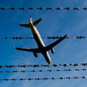Passagier ringt Flugbegleiter im Flieger nieder (Foto)