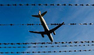 An Bord eines Fluges von Hurghada nach Hannover wurde ein Passagier handgreiflich (Symbolbild). (Foto)